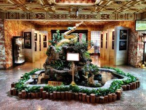 Hiasan patung naga di lobby belakang menuju bangunan extension