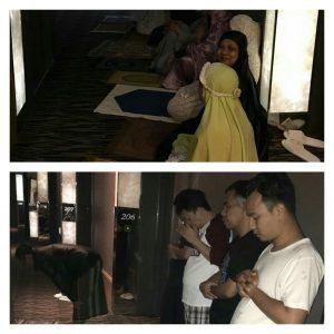 Sholat subuh berjamaah di lorong kamar di lantai dua. ( foto: HAS).