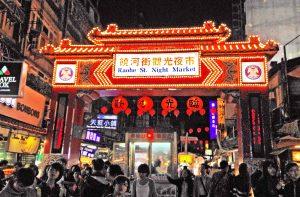 Kuliner aktivitas utama di Taohe Night Market sekain berburu oleh-oleh.